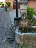 Springbrunn med vatten i den gamla Montreux staden fotografering för bildbyråer