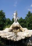 Springbrunn med Venus och kupidonstatyer royaltyfria foton