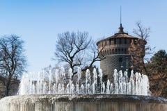Springbrunn nära den Sforza slotten Milan Italien Royaltyfri Fotografi