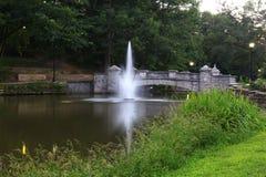 Springbrunn och bro Royaltyfria Bilder