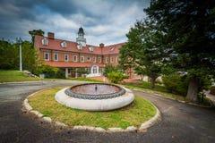 Springbrunn och byggnad på Salem College, i Winston-Salem som är norr Arkivfoto