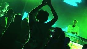 Springbrunn och folk som dansar i en klubba på partiet stock video
