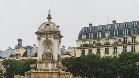 Springbrunn och helgon-Sulpice för byggnader på plats i Paris, Frankrike royaltyfria bilder