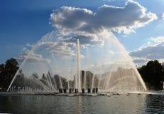 Springbrunn och himmel Royaltyfri Fotografi