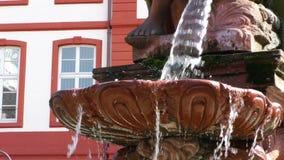 Springbrunn och hus i frankfurterkorv lager videofilmer