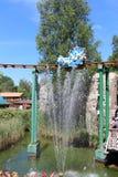 Springbrunn och Les Espions de Cesar dragning på Park Asterix, Ile de France, Frankrike royaltyfri fotografi