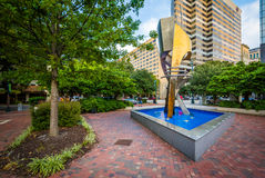 Springbrunn och moderna byggnader i Columbia, South Carolina Arkivbild