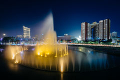 Springbrunn och moderna byggnader på natten, i Pasay, tunnelbana Manila, Royaltyfri Foto