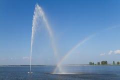 Springbrunn och regnbåge Arkivbilder