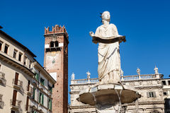 Springbrunn och staty av Madonna royaltyfri bild