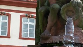 Springbrunn och staty i Frankfurt stock video