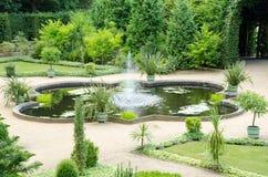 Springbrunn och trädgård från det 18th århundradet Royaltyfria Foton