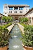 Springbrunn och trädgårdar i den Alhambra slotten, Granada, Spanien Fotografering för Bildbyråer