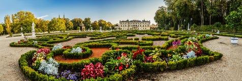 Springbrunn och trädgård nära den Branicki slotten i Bialystok Arkivfoto