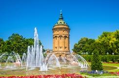 Springbrunn- och vattentornet på Friedrichsplatz kvadrerar i Mannheim Royaltyfria Bilder