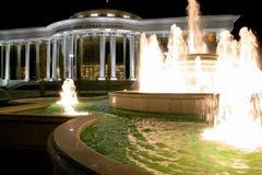 Springbrunn- och vitslott i natten Royaltyfri Fotografi