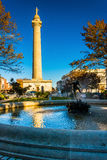 Springbrunn och Washington Monument i Mount Vernon, Baltimore, arkivbilder