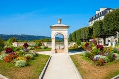 Springbrunn på boulevarden Pyrenees, Pau arkivfoto