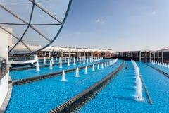 Springbrunn på den Ferrari världen i Abu Dhabi Royaltyfria Bilder