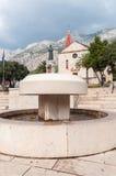 Springbrunn på den Kaciceva fyrkanten i Makarska Fotografering för Bildbyråer