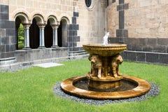 Springbrunn på den medeltida benedictineabbotskloster för borggård i Maria Laach, Tyskland Royaltyfri Fotografi