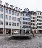 Springbrunn på den Munsterhof fyrkanten i Zurich Arkivbilder