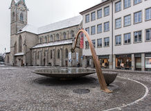 Springbrunn på den Munsterhof fyrkanten i Zurich Royaltyfri Bild