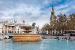 Springbrunn på fullsatta Trafalgar Square Arkivbild