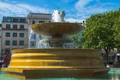 Springbrunn på fullsatta Trafalgar Square London UK Arkivbilder