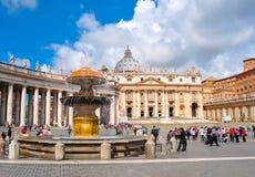 Springbrunn på fyrkant för St Peter ` s i Vaticanen, Rome, Italien arkivfoton