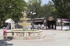 Springbrunn på genomskärningen av den Frunze Street och Gorky invallningen i semesterortstaden av Evpatoria, Krim royaltyfri fotografi