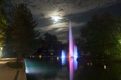 Springbrunn på natten royaltyfria bilder