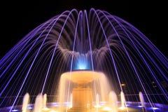 Springbrunn på natten royaltyfri foto