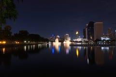 Springbrunn på natten. Royaltyfria Foton