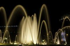 Springbrunn på natten i Barcelona, Spanien Arkivfoto