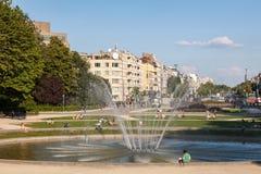 Springbrunn på Parcen du Cinquantenaire i Bryssel Arkivbilder