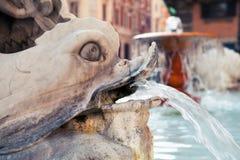 Springbrunn på piazza Colonna, via Del Corso Royaltyfria Bilder