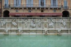 Springbrunn på piazza Del Campo i Siena, Italien arkivfoton