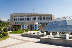 Springbrunn på republikfyrkant i Almaty, Kasakhstan Royaltyfria Foton