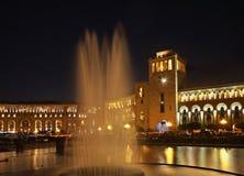 Springbrunn på republikfyrkant i Yerevan fåtöljer arkivfoto