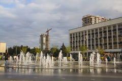 Springbrunn på revolutionfyrkanten på Krasnodar Arkivbilder
