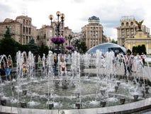 Springbrunn på självständighetfyrkant i Kiev, Ukraina Arkivfoto
