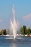Springbrunn på sjön. Arkivbilder