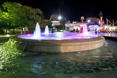 Springbrunn på sjösida av den Yalta staden i natt Fotografering för Bildbyråer