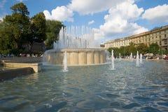 Springbrunn på slottfyrkanten på en solig September dag Milan Italien Arkivbild