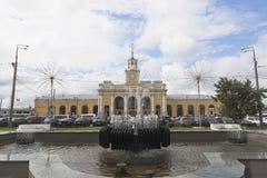 Springbrunn p? stationsfyrkanten i staden av Yaroslavl fotografering för bildbyråer