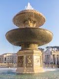 Springbrunn på Sts Peter fyrkant i Rome, Italien royaltyfri bild