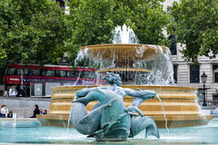 Springbrunn på Trafalgar Square London England Arkivbild