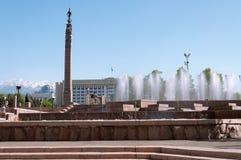 Springbrunn på republikfyrkant i Almaty, Kasakhstan Arkivbilder