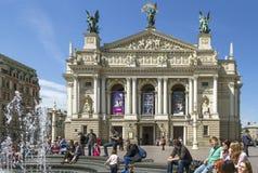 Springbrunn på teatern av operan och balett Royaltyfri Bild